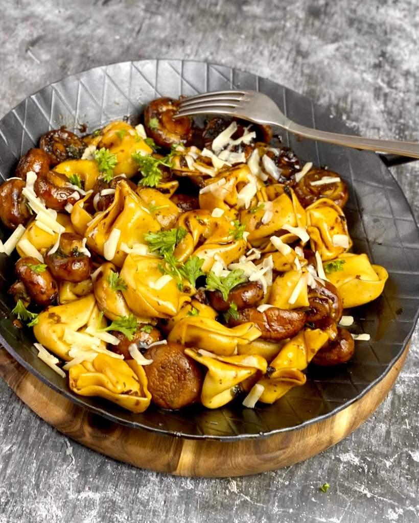 Zubereitung Tortellini Pfanne mit Balsamico Champignons und Bergkäse