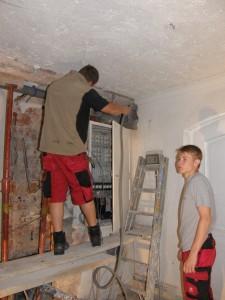 Letzte Arbeiten am alten Elektroschaltkasten