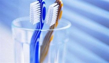 Десна после удаления зуба побелела. Что означает белое пятно или точка на десне у взрослого или ребенка? Без лечения это может переродиться в рак