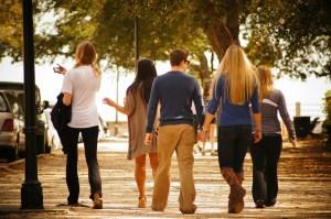 Gruppe von fünf jungen Leuten