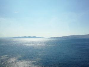 Meer mit glitzernder Oberfläche