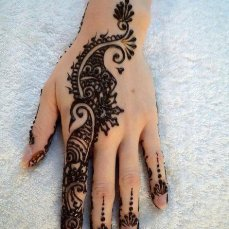 Simple mehndi design for hands 91