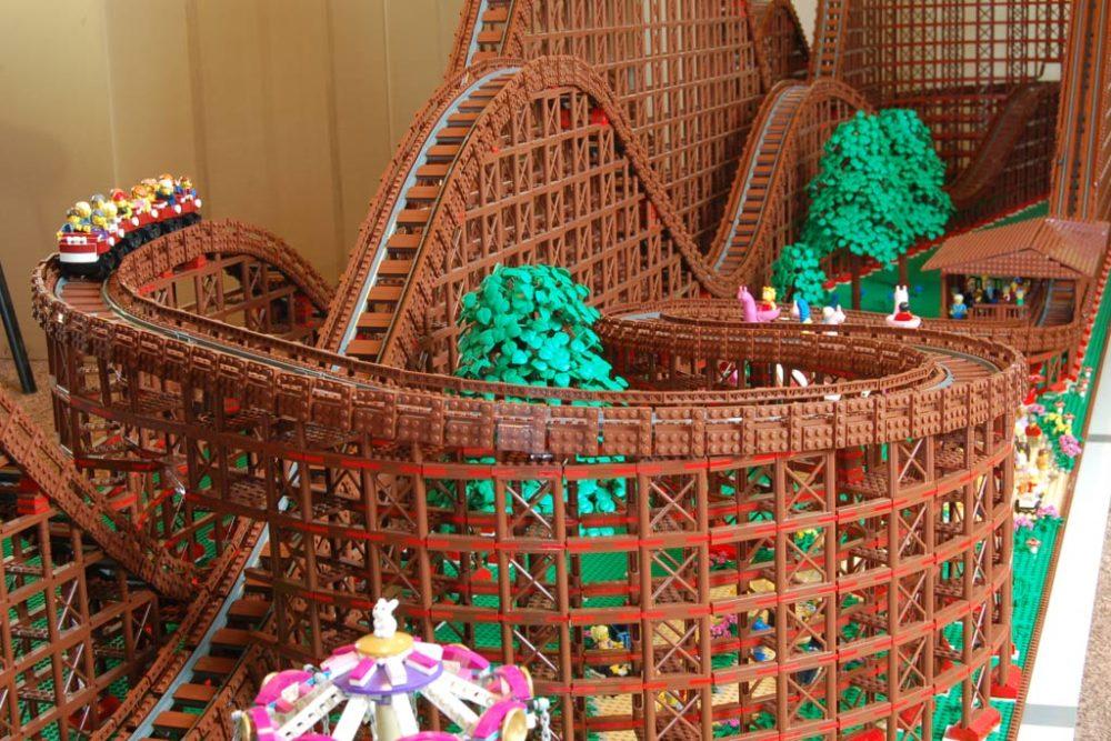 Die LEGO Achterbahn startet durch  zusammengebaut