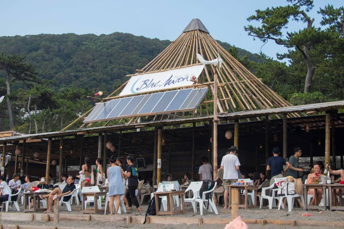 葉山は一色海岸の海の家「BLUE MOON(ブルームーン)」でT字路sがワンマンライブ