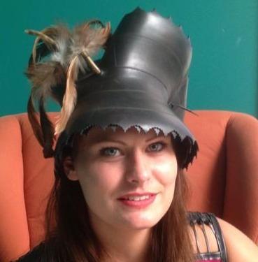 Deze hoed is gemaakt van een brommer-band met de veer in het ventiel . Men kan de hoed op verschillende manieren in model brengen.
