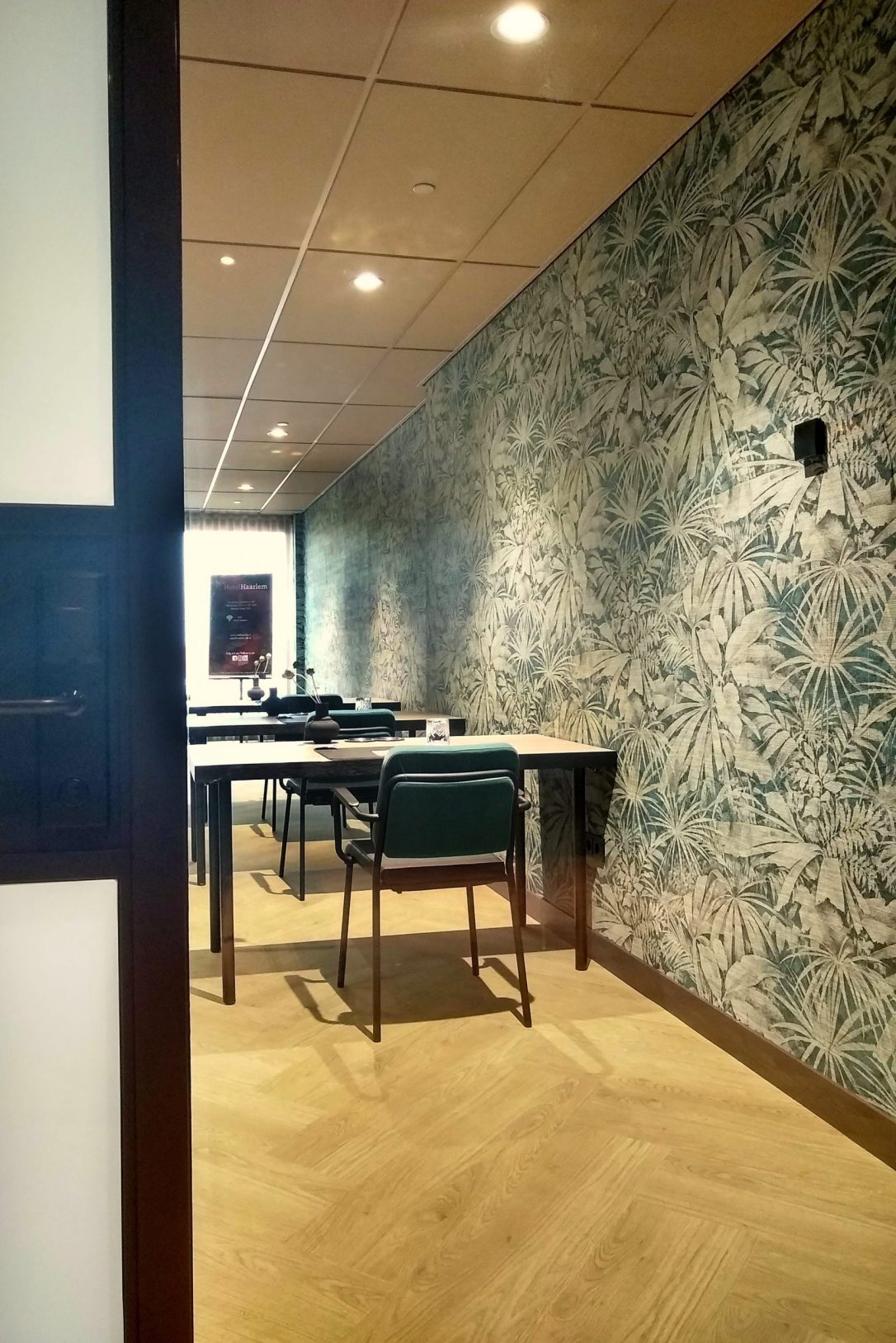 interieur design hotel zaal Haarlem met bladeren behang