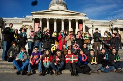 Euskararen Egunak kolorez jantzi zituen Londresko Trafalgar Square, Boise, Sydney, Bordele, Montevideo...