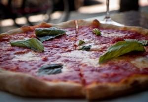 Pizza, tomate, mozzarela, albaka eta antxoilekin