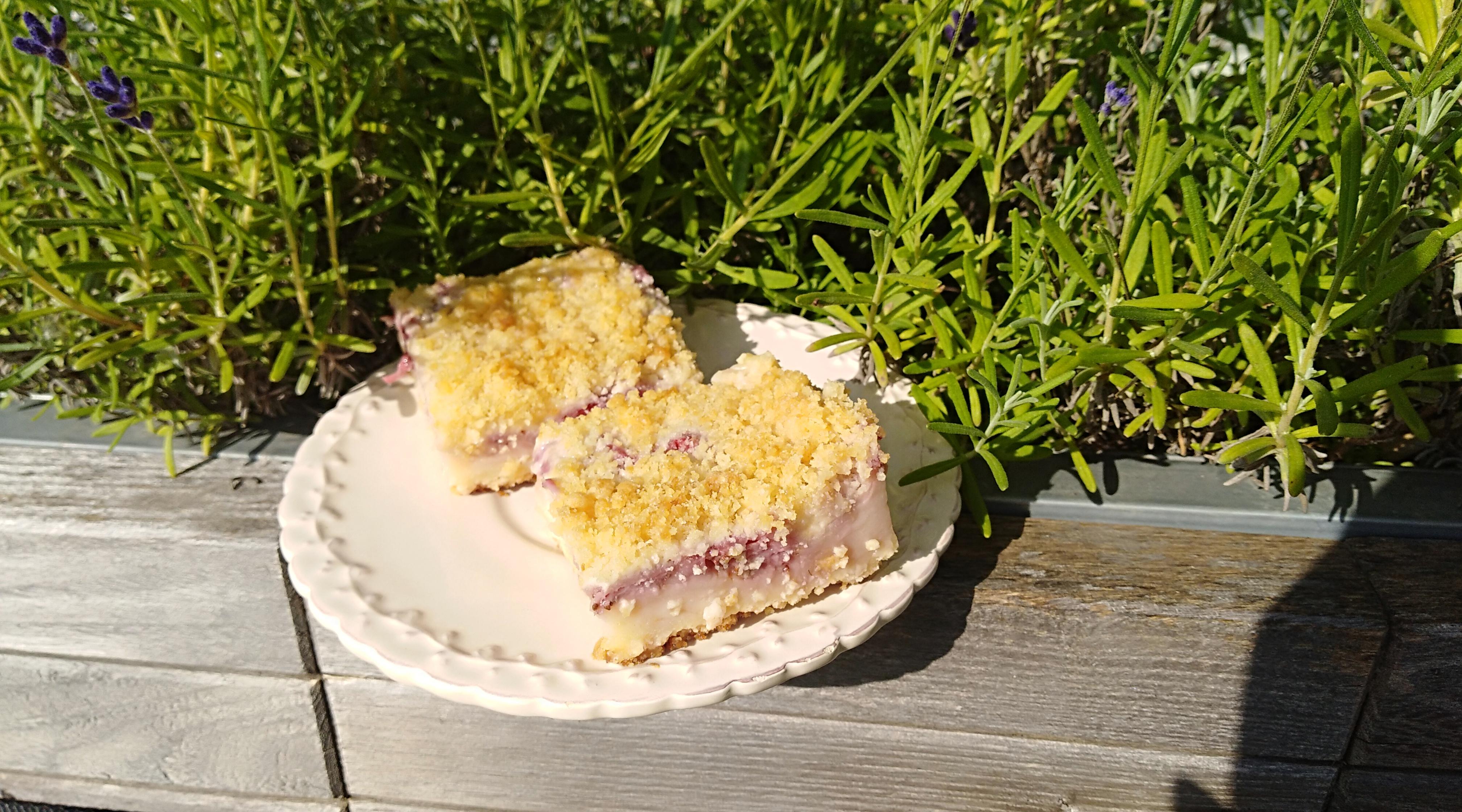Drobenkový jahodovo-pudingový koláč