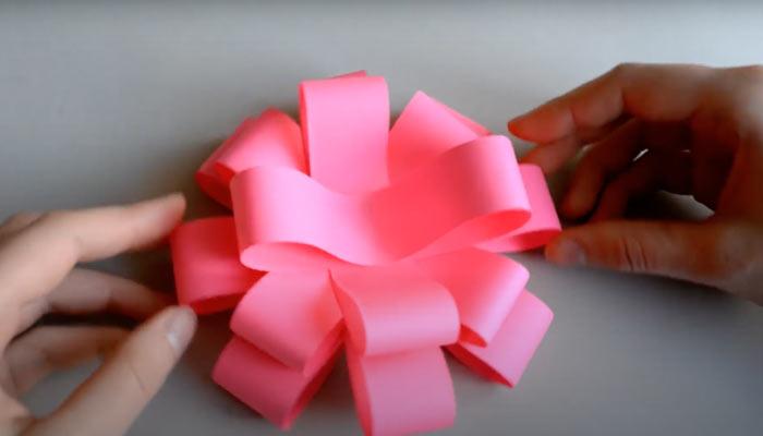 На фото изображено - Как упаковать подарок, рис. Цветок из восьмерок