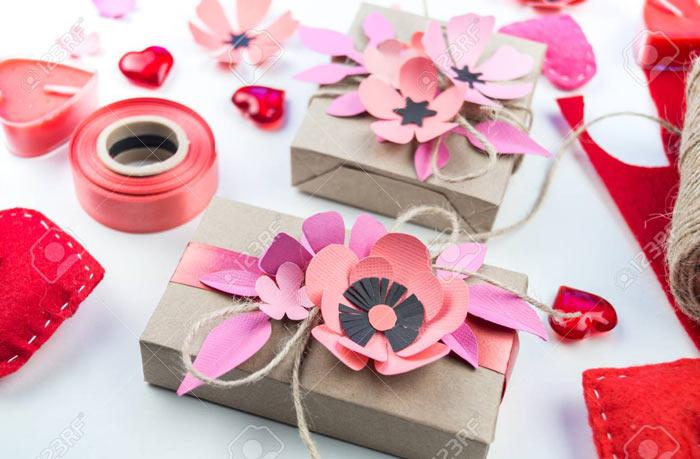 На фото изображено - Как упаковать подарок, рис. Упаковка с цветами