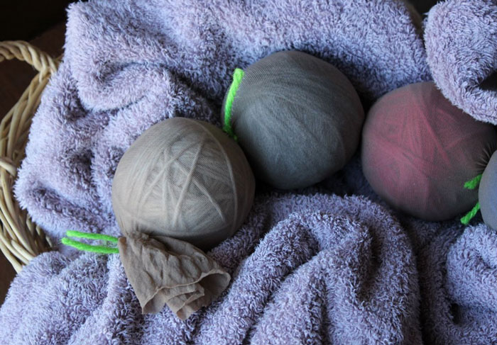 The photo shows - DIY Christmas decorations, fig. Ball drying process