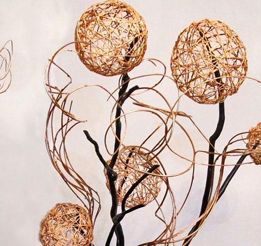 На фото изображено - Необычный декор: шары из нитей, рис. Шары на ветках