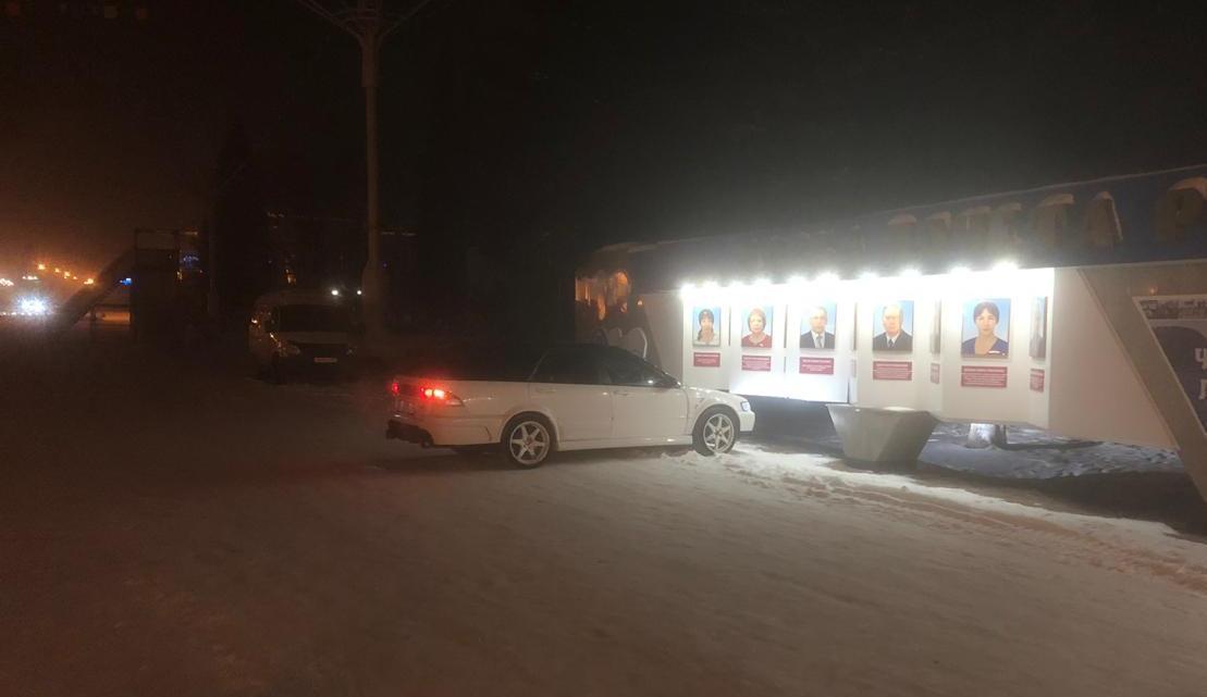 В Горно-Алтайске автомобиль протаранил Доску Почета