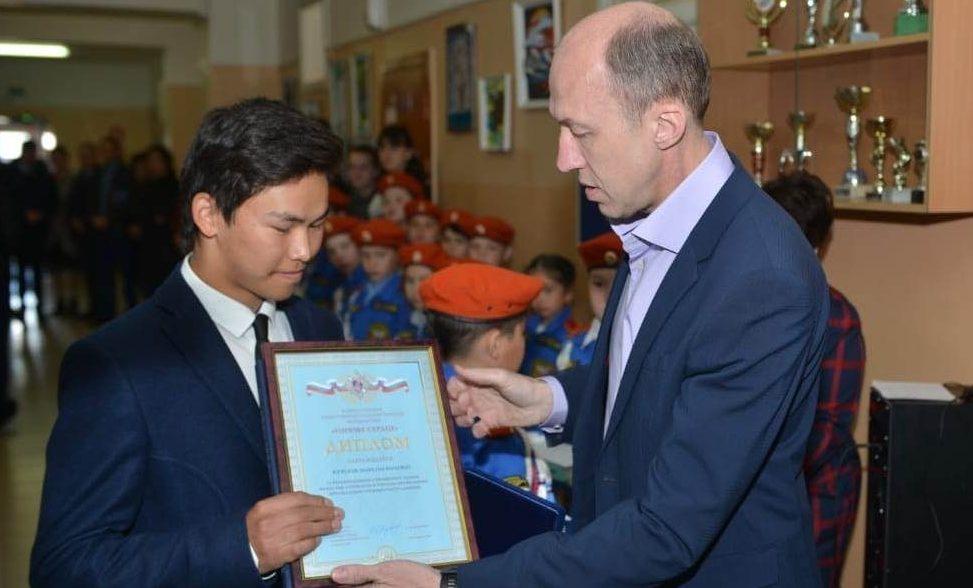 Олег Хорохордин вручил награду мальчику-герою из села Иогач
