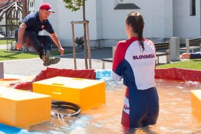 hasič skáče do vody
