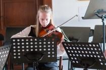 mladá slečna hrá na husle