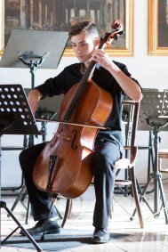 mládežník hrá na kontrabas