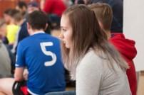pekné mladé dievča sleduje futbalový zápas v hľadisku
