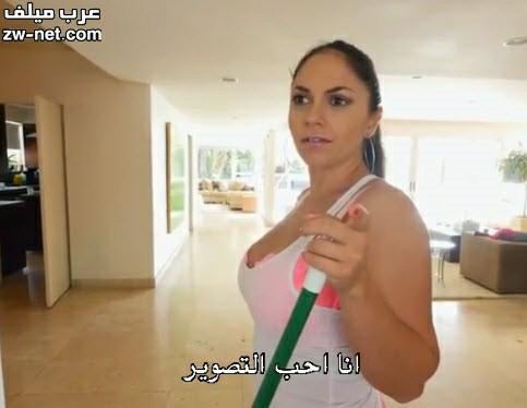طيز الخادمة المربربة تنحني في وجه صاحب المنزل
