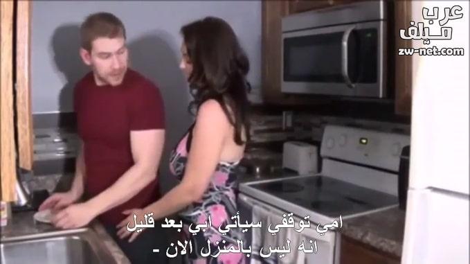 زوجة أبي تتحرش بزبي في المطبخ