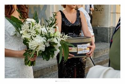 Wesele w motywie art deco the great gatsby organizowane przez Dariusz Zwadowski konsultant ślubny. Na zdjęciu pudełko na koperty czarno złote i bukiet ślubny
