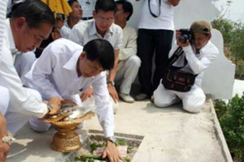 air-force-commander-in-chief-acm-chalit-pukpasuk-left-in-a-religious-rite-performed-by-fortune-teller-warin-buawiratlert-in-chiang-mai