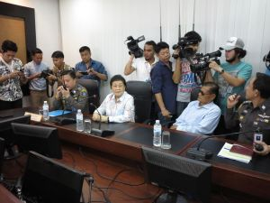 Apiruj and Wantanee Suwadee report to the Crime Suppression Division headquarters in Bangkok for charges of lese majeste, 9 Feb 2015