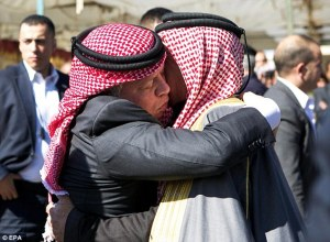Jordan-King-Abdullah-hugs-al-Kassasbeh-father