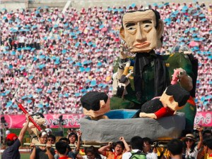 A float originally disguised as an ISIS militant was later revealed to be Prayuth with red+yellow shirt