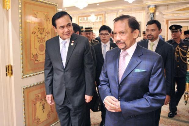 Prime Minister Prayuth with Sultan Hassanal Bolkiah of Brunei on Wednesday! Relax, at ease soldier!