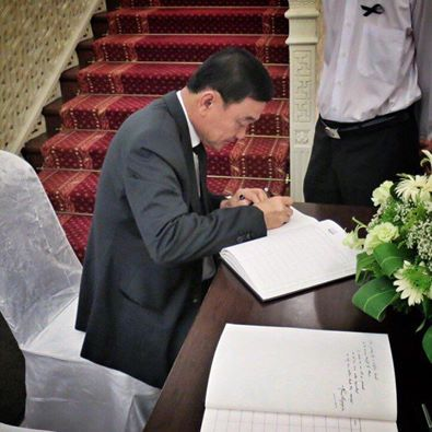 Thaksin wrote in Lee Kuan Yew condolence book at the official residence and office of the President of Singapore