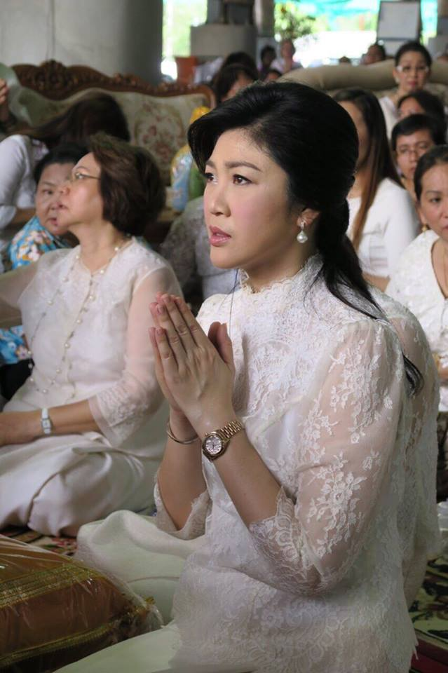 Yingluck-performs-rites-to-end-bad-luck (9)