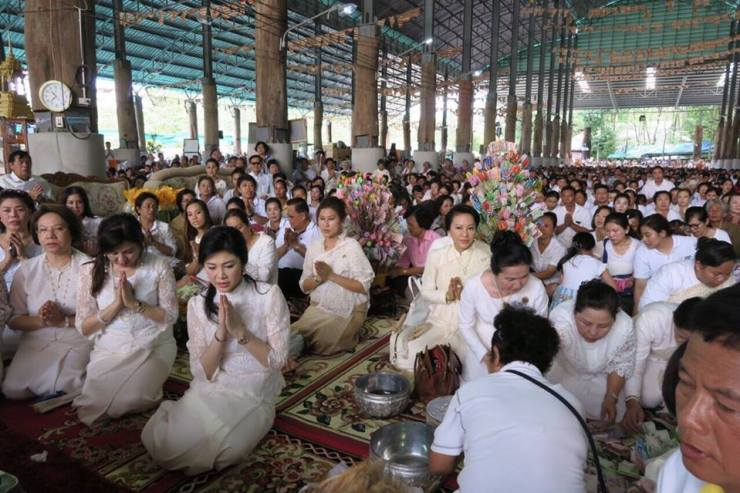 Yingluck-performs-rites-to-end-bad-luck (7)