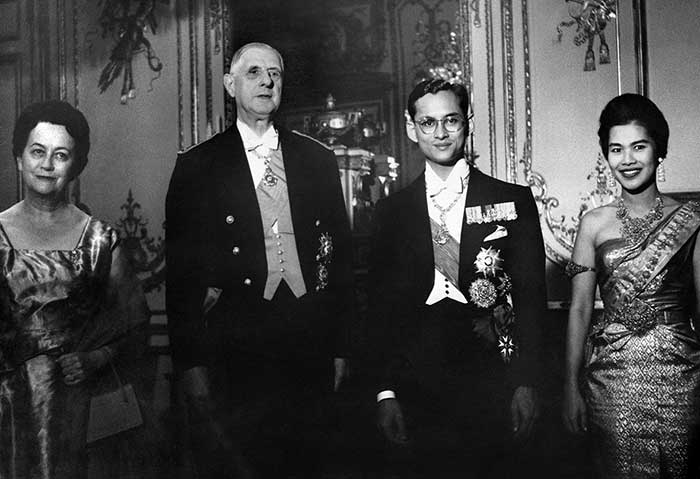 12 October 1960: French President General de Gaulle and his wife Yvonne pose with Thailand's King Bhumibol Adulyadej and his wife queen Sirikit at the Elysee Palace in Paris