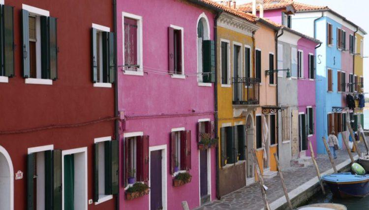 Die bunten Häuser auf Burano locken viele Touristen an.