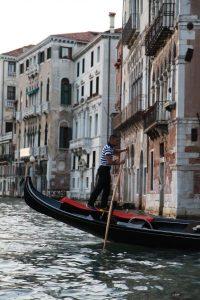 Viele träumen von einer romantischen Gondelfahrt, bei der der Gondielere auch noch italienische Schnulzen singt.