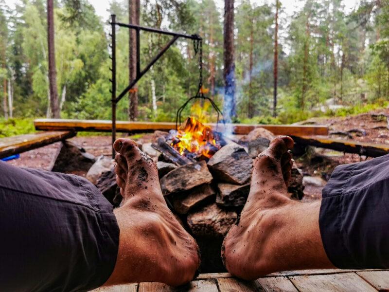 Kanutour Schweden: Bene trocknet seine Füße nach dem Regen