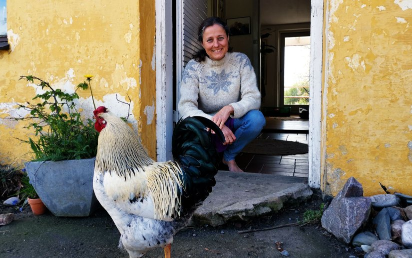 Besuch einer Freilernergemeinschaft auf Bornholm. Eliane vor ihrem Haus