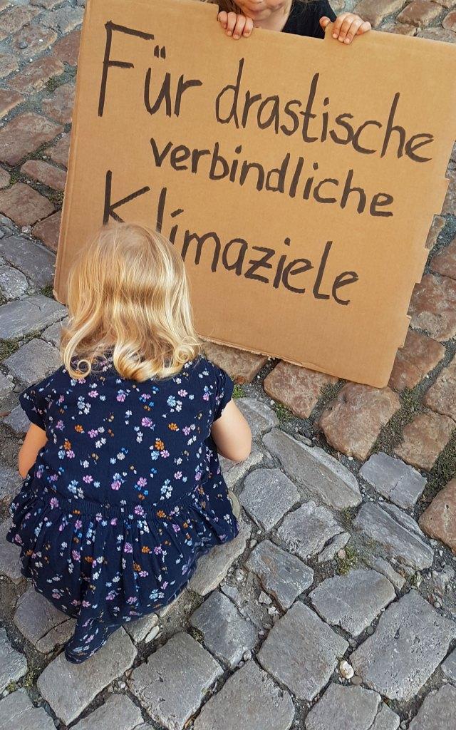 Die Kinder mit unserem Protestschild für verbindliche Klimaziele