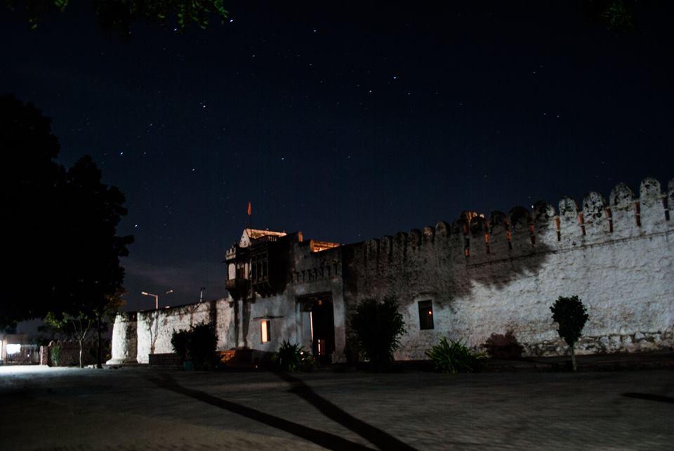 Ashram bei Nacht
