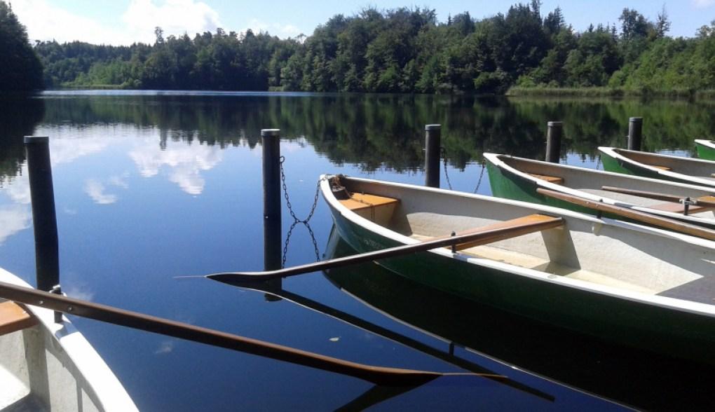 HotSpots - psst. Nicht verraten, wo das aufegonmmen wurde. blauer See mit Booten.