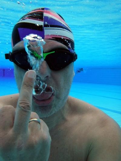 Stinkefinger unter Wasser