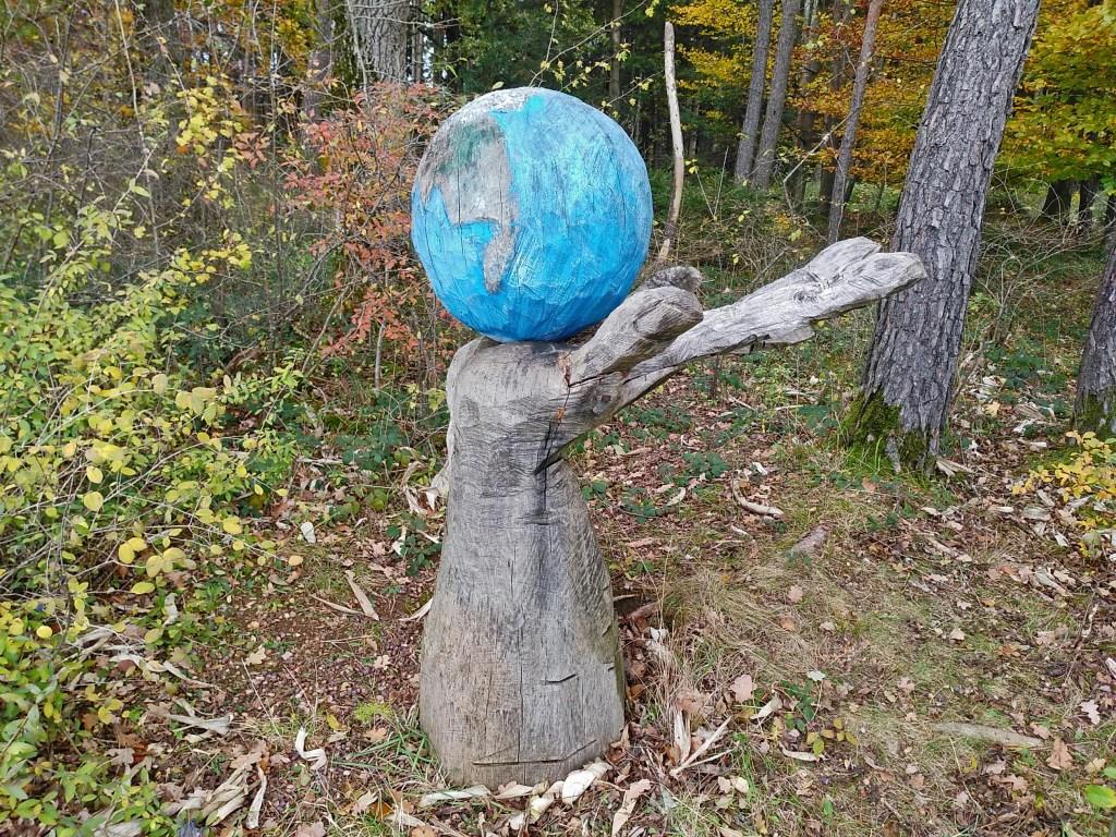 Unterwegs im Parsdorfer Hart - Skulptur der Erde in unseren Händen