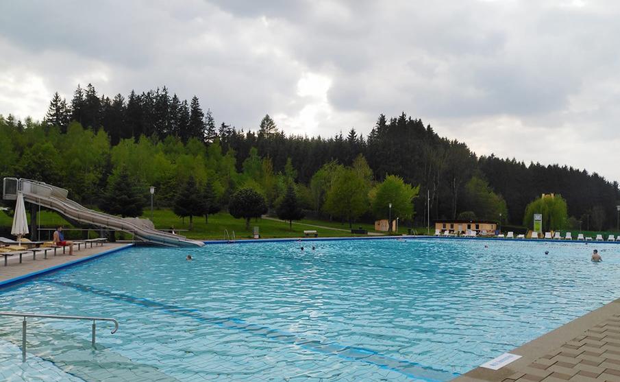 Der Ortswechsel ist vollzogen: Ab ins Taufkirchner Freibad