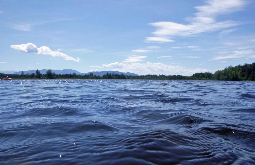 Kirchsee - die Berge im Hintergrund. Schön und nicht schaurig