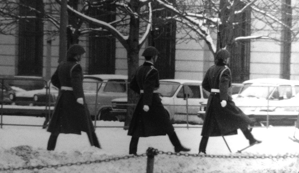 Soldaten der NVA im Stechschritt in Ost-Berlin