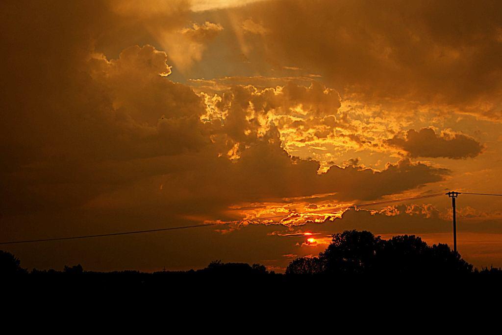 Himmel am Abend - Dorfsilhouette, Wolken
