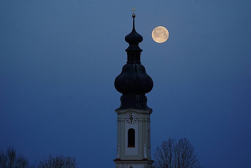 Zeitumstellung verpennt - Kirchturmuhr im Dorf. Noch keine Sommerzeit