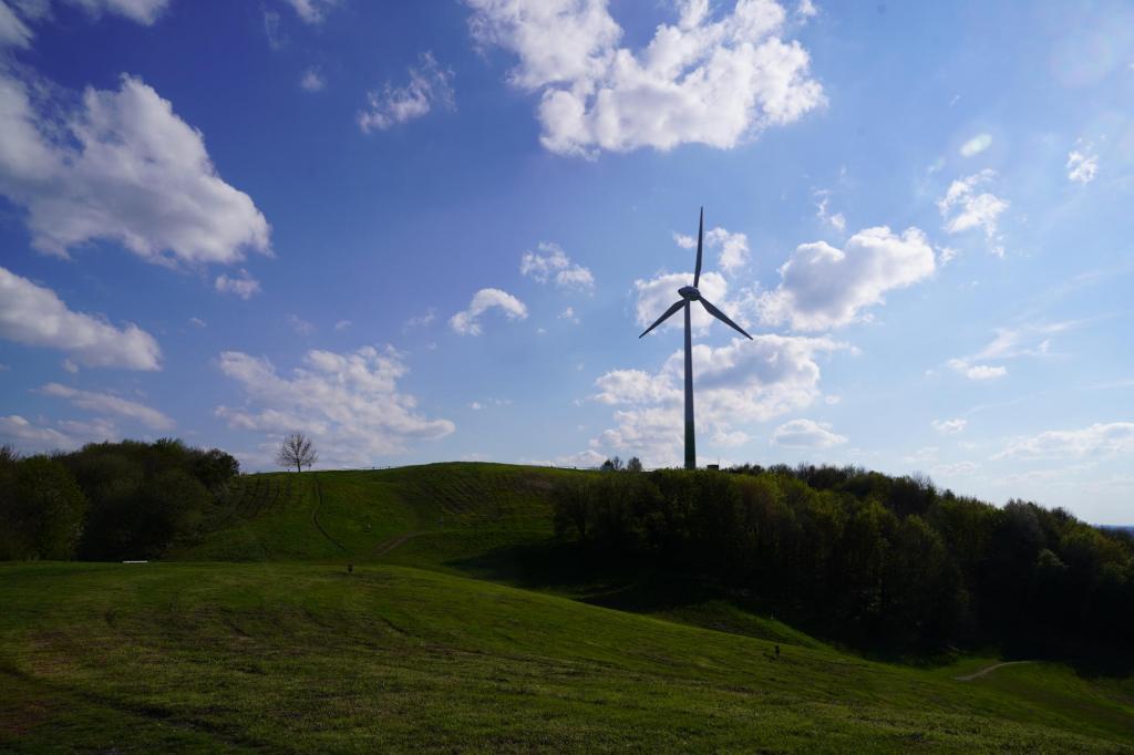 Windrad auf dem Fröttmaninger Berg in der Nachmittagssonne